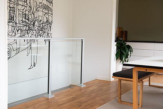Glassrekkverk midtstolpe mellom to glass